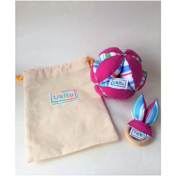 Conjunto pelota Montessori y mordedor de madera y tela acolchado en bolsa de algodón.100% artesanal realizado en España. Ukitu juguetes