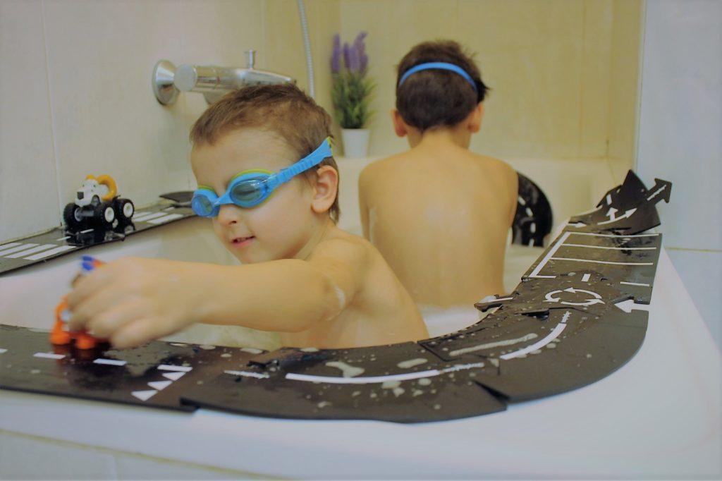 Los minimundos de Marc y Jon en la bañera donde no faltan las carreteras flexibles
