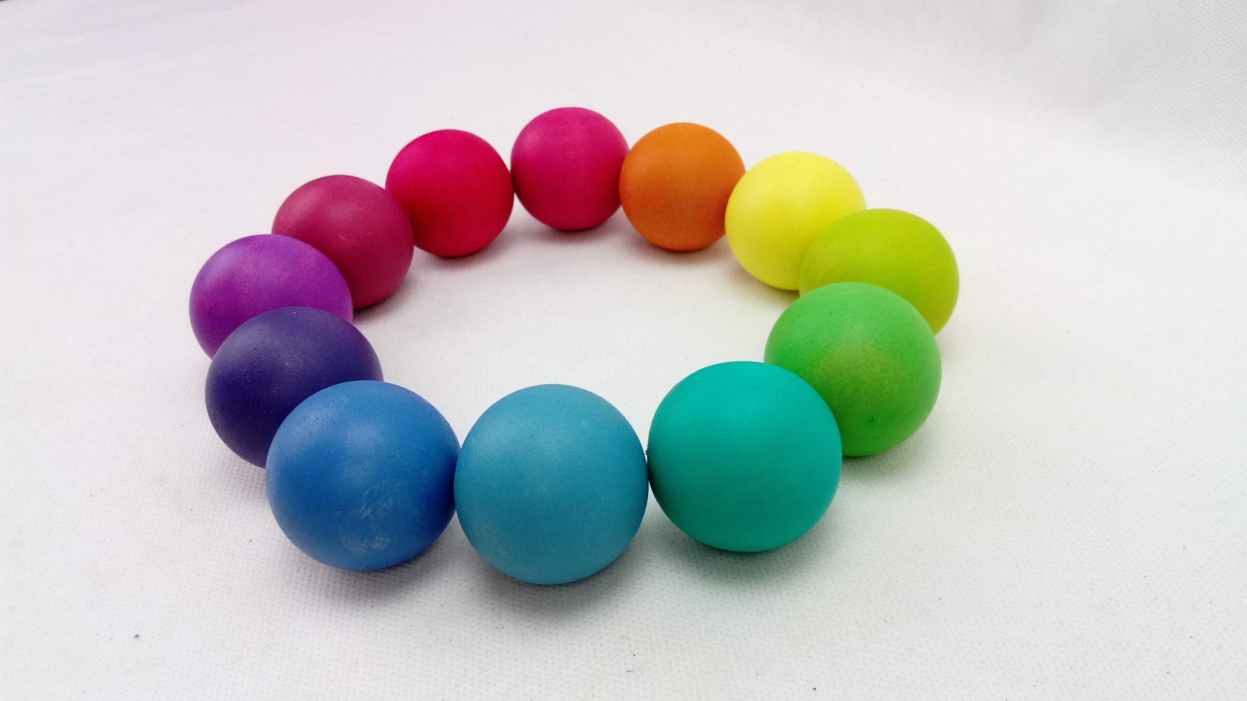 bolas de madera 12 colores arcoíris. Ukitu juguetes